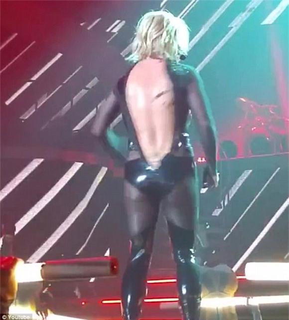 Britney Spears rách toạc khóa áo trên sân khấu 6