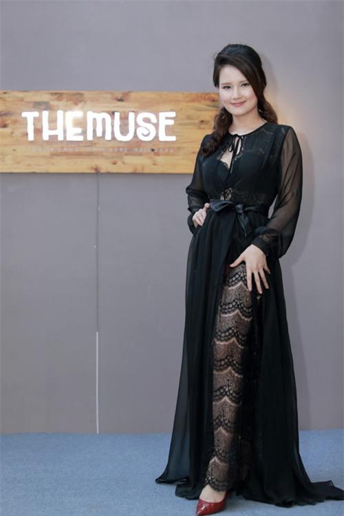 MC Huyền Châu gợi cảm bên dàn Á hậu, Hoa hậu - 1