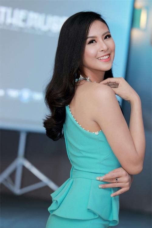 MC Huyền Châu gợi cảm bên dàn Á hậu, Hoa hậu - 6