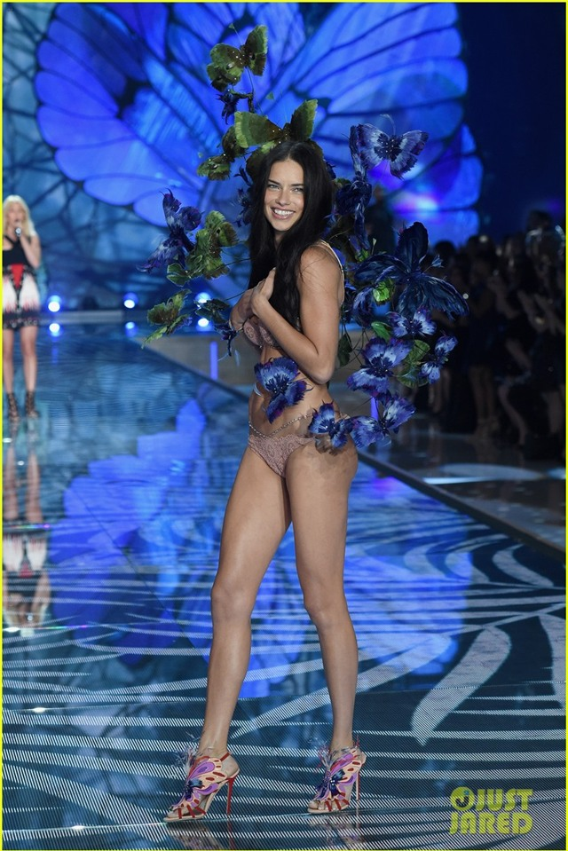adriana lima alessandra ambrosio victorias secret fashion show 2015 06