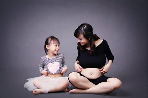 Ảnh bầu cực đáng yêu mẹ chụp cùng con gái - 10