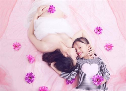 Ảnh bầu cực đáng yêu mẹ chụp cùng con gái - 3