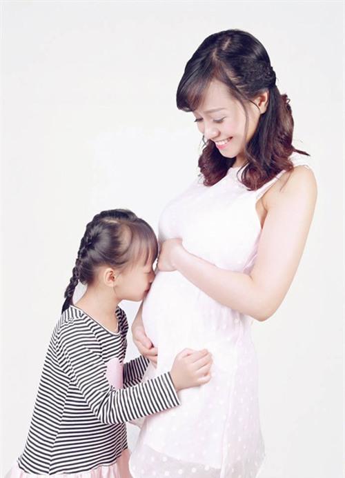 Ảnh bầu cực đáng yêu mẹ chụp cùng con gái - 4