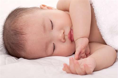 Tư thế nằm ngủ an toàn và nguy hiểm nhất cho trẻ sơ sinh - 2