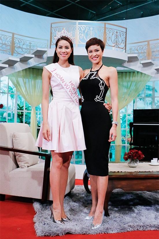 Thời trang sự kiện sắc trắng tinh khôi của Phạm Hương