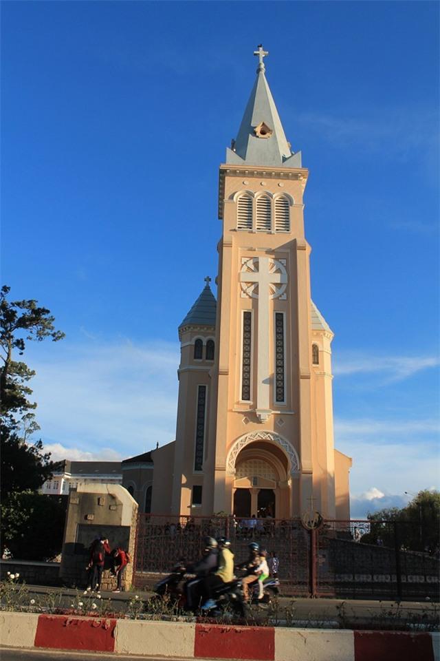 Nhà thờ Con Gà – điểm đến đón Noel tuyệt vời tại Đà Lạt. Ảnh: Phước Bình.