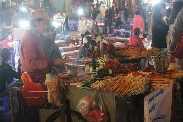 Đến Đà Lạt nên dạo chợ đêm thưởng thức các món ăn vặt. Ảnh: Phước Bình.