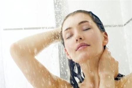 Vào mùa đông, bạn nên chú ý tới thói quen khi tắm để bảo vệ sức khỏe của bản thân. Ảnh: Medicaldaily.