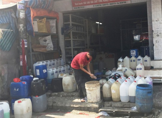 Hóa chất, phụ gia chế biến thực phẩm bày bán ở chợ Kim Biên
