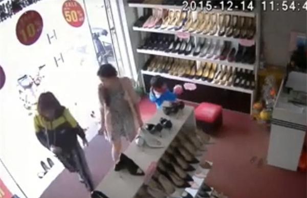 """Phẫn nộ clip người phụ nữ """"vẽ đường"""" cho trẻ 3 tuổi ăn cắp tiền trong shop giày"""