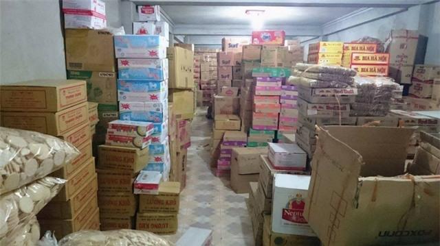 Các loại mặt hàng bày bán tại tầng 1 tại đại lý nhà Hằng Thức (ảnh: Mộc Miên).
