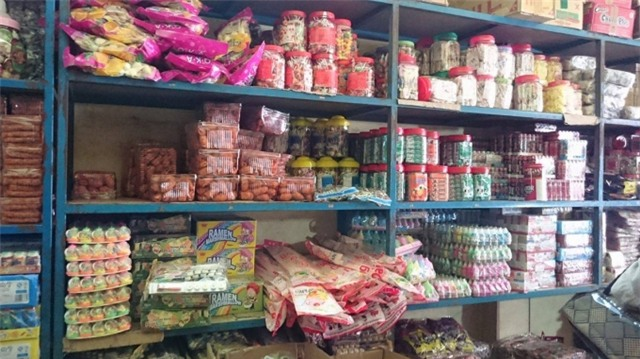 Các loại bánh kẹo được bán tại đại lý Hằng Thức (ảnh: Mộc Miên).