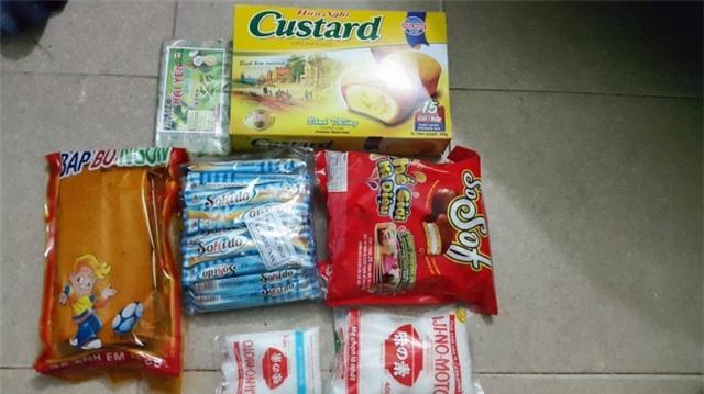 Các loại bánh kẹo phóng viên Pháp Luật Plus mua tại Thị trấn Thổ Tang (ảnh Mộc Miên).