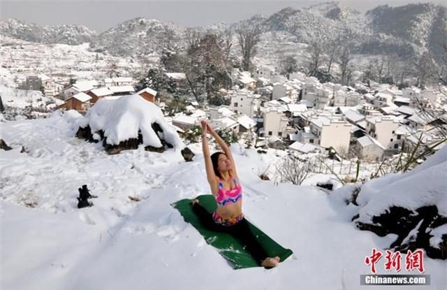 Có những người mặc rất phong phanh dù xung quanh đã trắng xóa tuyết