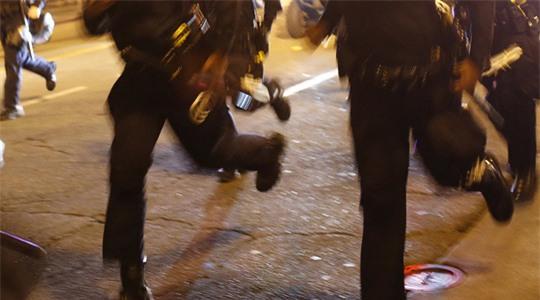 Cảnh sát tuần tra Thụy Điển bị người tị nạn đuổi khỏi nhà thương điên Signalisten. Ảnh: Reuters