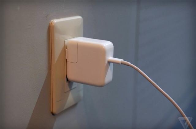 Cục sạc cho MacBook, iPad tại một số thị trường sẽ được thu hồi để đảm bảo an toàn cho người dùng. Ảnh: The Verge.