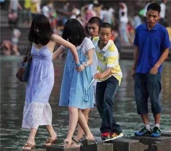 Những mánh khóe móc túi tinh vi của bè lũ trộm cắp, móc túi ở Trung Quốc - Ảnh 10.