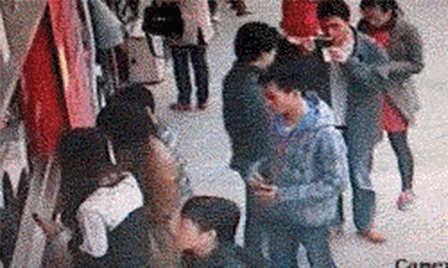 Những mánh khóe móc túi tinh vi của bè lũ trộm cắp, móc túi ở Trung Quốc - Ảnh 14.