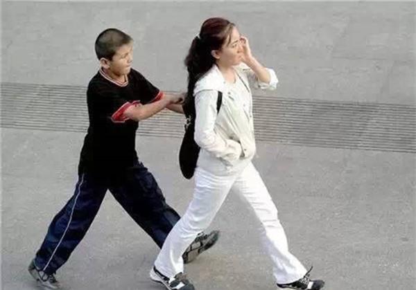 Những mánh khóe móc túi tinh vi của bè lũ trộm cắp, móc túi ở Trung Quốc - Ảnh 2.