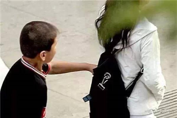 Những mánh khóe móc túi tinh vi của bè lũ trộm cắp, móc túi ở Trung Quốc - Ảnh 3.