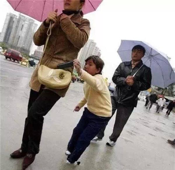 Những mánh khóe móc túi tinh vi của bè lũ trộm cắp, móc túi ở Trung Quốc - Ảnh 4.