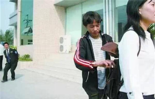 Những mánh khóe móc túi tinh vi của bè lũ trộm cắp, móc túi ở Trung Quốc - Ảnh 6.