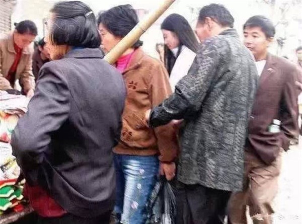 Những mánh khóe móc túi tinh vi của bè lũ trộm cắp, móc túi ở Trung Quốc - Ảnh 8.