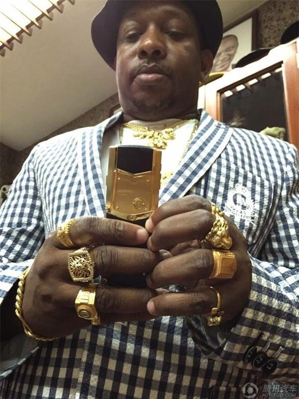 Phong cách xài vàng xa xỉ chẳng kém gì giới nhà giàu Dubai của vị đại gia châu Phi - Ảnh 3.