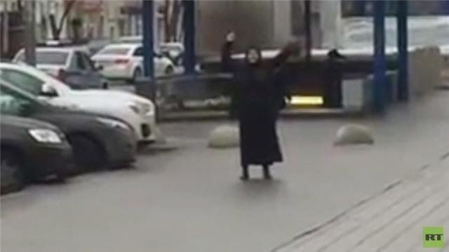 Nga, bàng hoàng, sốc, choáng, kinh hoàng, đầu người, phụ nữ, áo đen, thi thể, không đầu, giết người, rùng rợn