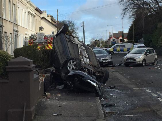 Trộm xe cứu hỏa, đâm vào hàng loạt xe hơi và nhà dân - Ảnh 3.