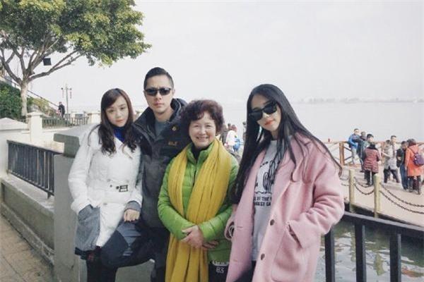 Ảnh gia đình gốm bà nội, bố và mẹ của cô gái.