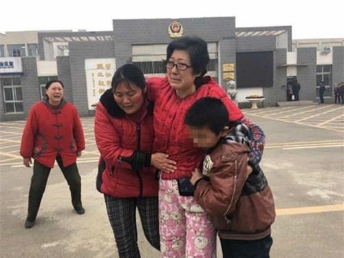 """Vừa mới ra tù, Li Zhengqin đã được em họ của mình cũng chính là mẹ ruột của con trai nuôi đón tiếp, người mẹ ruột này quỳ xuống trên nền đất và hét lên: """"Chị, em xin lỗi vì những gì chị đã phải chịu đựng, em xin lỗi!""""."""