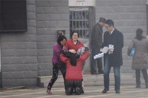 """Sau đó, cậu bé con nuôi từng bị mẹ hổ Li Zhengqin đánh đập tàn nhẫn đã chạy đến, ôm lấy cánh tay của Li mà khóc. Lúc này, Li Zhengqin nghẹn ngào nói trong nước mắt: """"con trai của mẹ, mẹ về nhà rồi đây""""."""