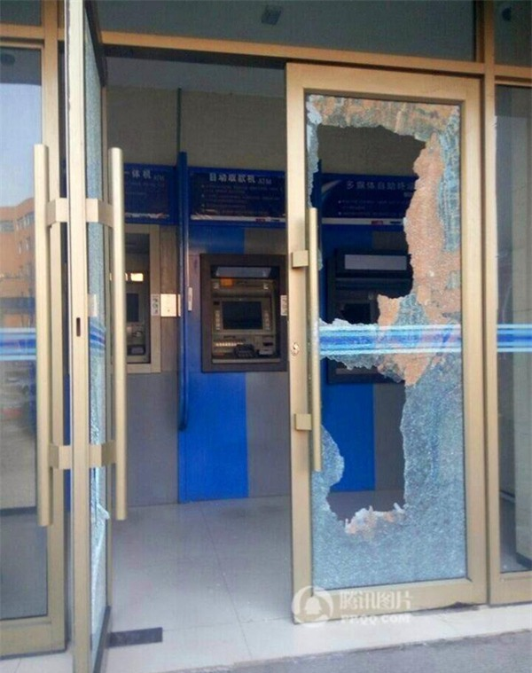 Cửa kính của cây ATM bị đập nát.