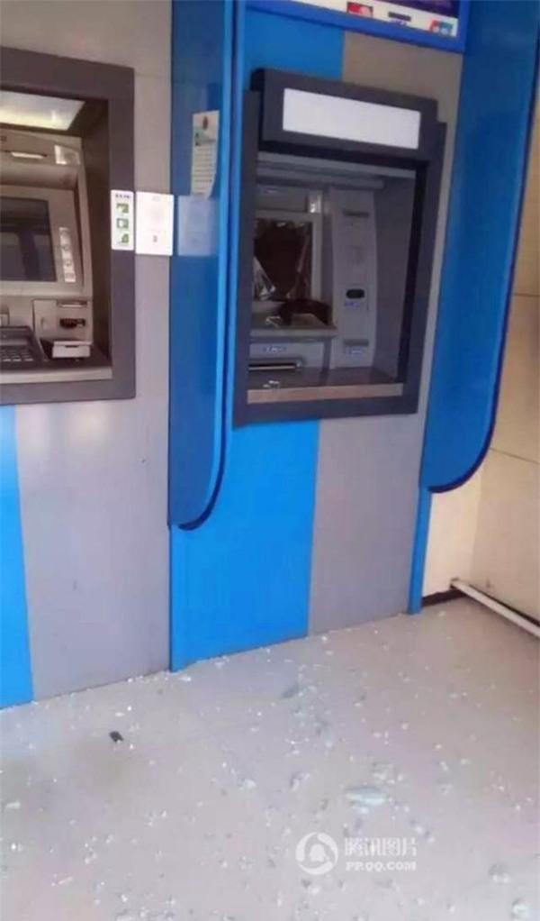 Ngoài cửa ra vào, màn hình của chiếc máy ATM kém thông minh cũng bị cụ bà đập nát.