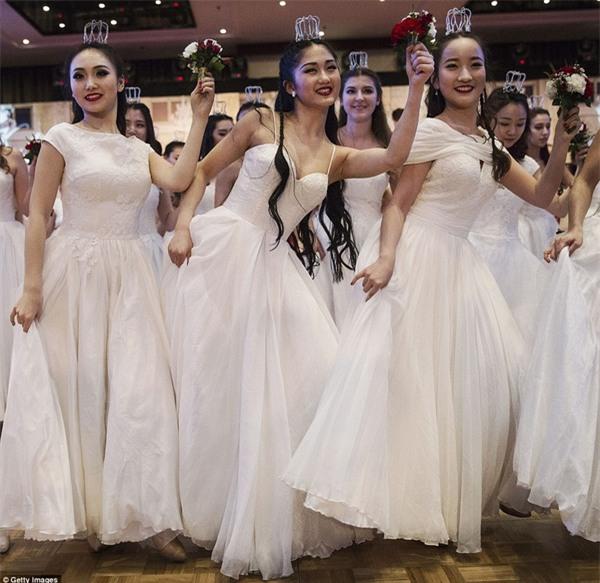 Buổi lễ mai mối tập thể hoành tráng của giới quý tộc Trung Quốc - Ảnh 1.