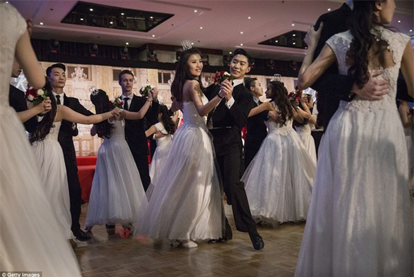 Buổi lễ mai mối tập thể hoành tráng của giới quý tộc Trung Quốc - Ảnh 5.