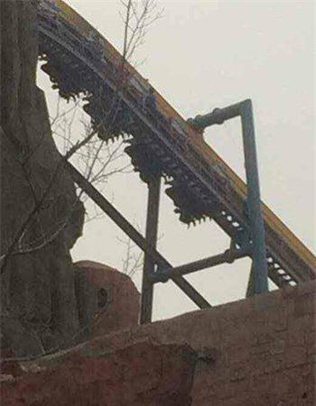 Hình ảnh cho thấy hơn 20 du khách đang bị treo ngược trên tàu lượn.