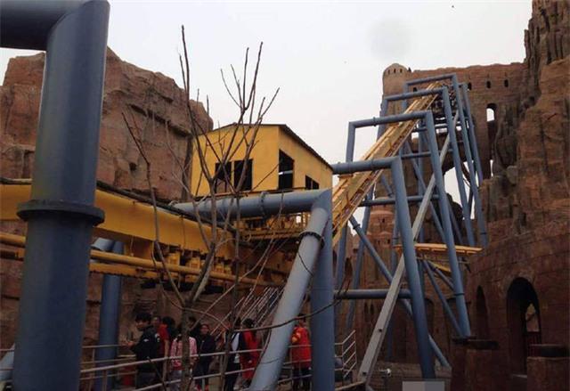 Lực lượng cứu hộ đã có mặt ngay sau khi xảy ra sự cố để đưa các du khách mắc kẹt xuống dưới.