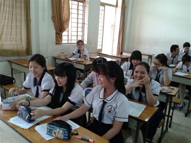 Nữ sinh Nguyễn Minh Phương (bìa trái) và các bạn trong lớp học