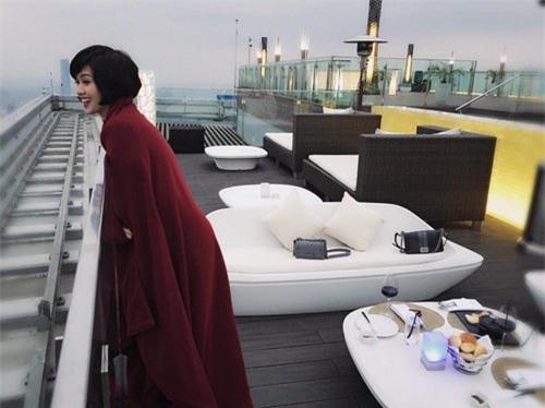 Tâm Tít thảnh thơi thư giãn trên du thuyền xa hoa.
