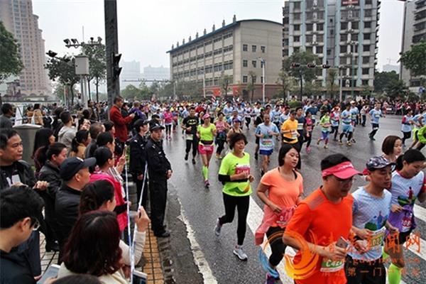 Hơn 12.000 người bị thương tại giải marathon ở Trung Quốc vì nhầm tưởng xà phòng là... bánh ngọt - Ảnh 1.