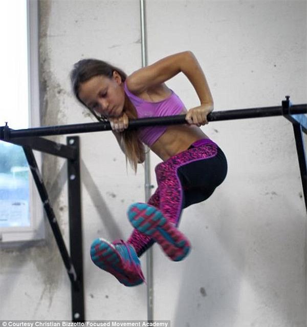 Cô bé 9 tuổi thân hình chuẩn 6 múi khiến người lớn cũng phải nể phục - Ảnh 2.