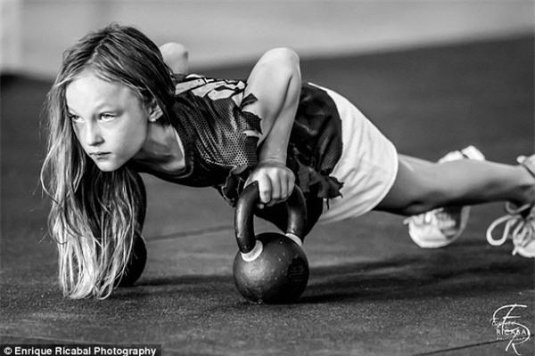 Cô bé 9 tuổi thân hình chuẩn 6 múi khiến người lớn cũng phải nể phục - Ảnh 4.