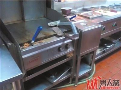 Kệ để dụng cụ nấu ăn bên trong nhà hàng Hòa Hợp Cốc không sạch sẽ là bao, nhất là khi những dụng cụ này còn được trưng dụng để... gom rác.