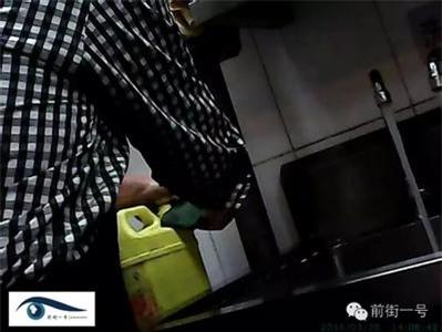Hình ảnh do phóng viên chụp nén được bên trong khu bếp của nhà hàng Hòa Hợp Cốc.