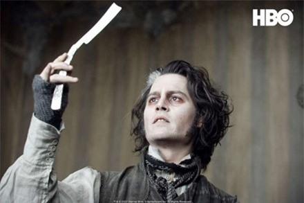 Nam diễn viên Johnny Depp trong vai tên thợ cắt tóc thù đời chuyên giết người bằng dao lam Sweeney Todd.