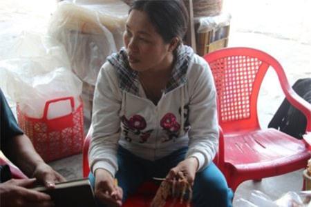 Chị Nguyễn Thị Sang lặng lẽ với gánh hàng rong bán mực khô để mưu sinh. D.T