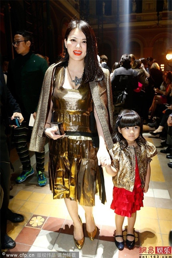 Cô bé Vương Thi Linh trở thành sao trong các sự kiện chung với mẹ Lý Tương. Cô bé được trả thù lao cao và cùng với đó vấp không ít chỉ trích từ đám đông vì tính thích mặc diện. Ảnh: Nam Đô.