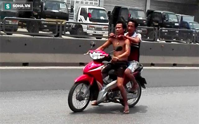 Chạy trên quốc lộ 1A, Sơn bắt anh Quảng chạy ngược chiều vì sợ mọi người đuổi theo bắt được.